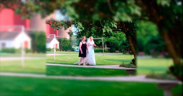 Esta novia estaba a punto de caminar hacia el altar cuando vio a un inesperado invitado