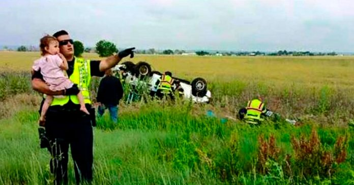 Policia distrae niña pequeña accidente de coche cantandole una nana