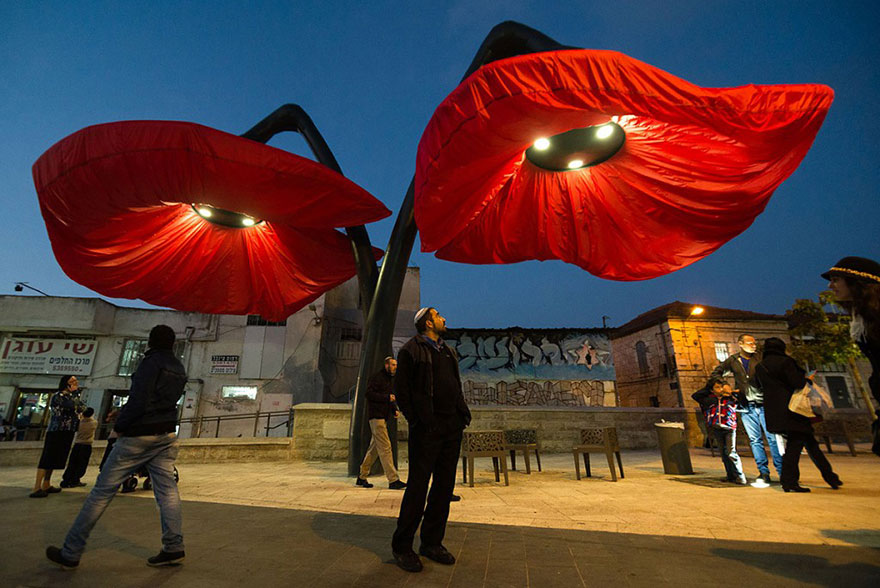 Estas Increíbles lámparas Florecen cuando las personas pasan bajo ellas
