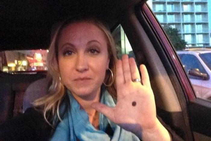 Si ves alguien con un punto negro en la palma de la mano, ¡Avisa a la Policía!