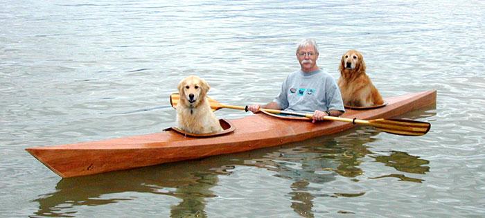 Este Hombre construyó su propio Kayak personalizado para llevarse a sus Perros de Aventuras