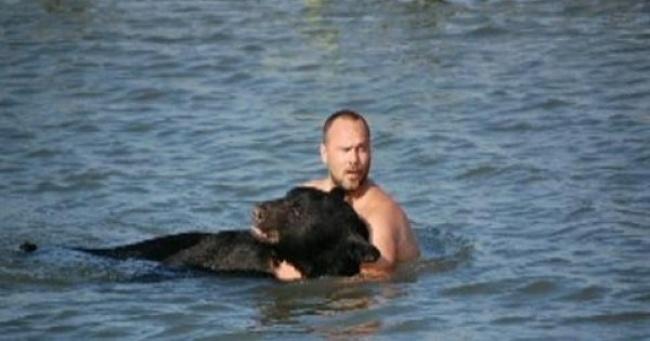 Este increible hombre arriesgo su propia vida para salvar a un enorme oso 05