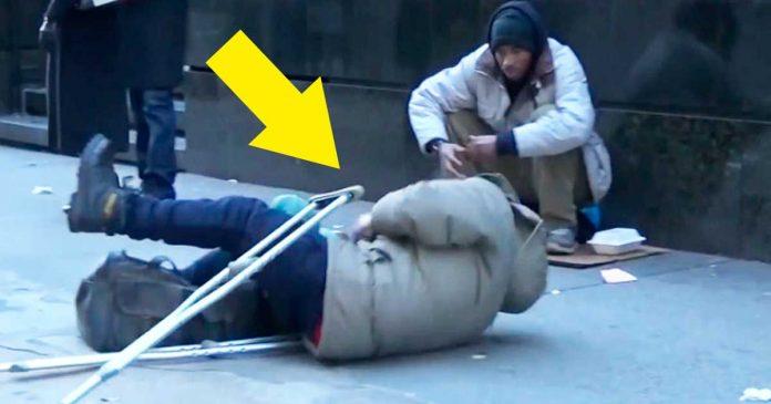 Este individuo sin hogar se cayo. Cuando veas quien le ayuda te dejara sin palabras