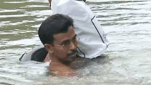 Este profesor cruza nadando un rio todos los dias para dar clase 02