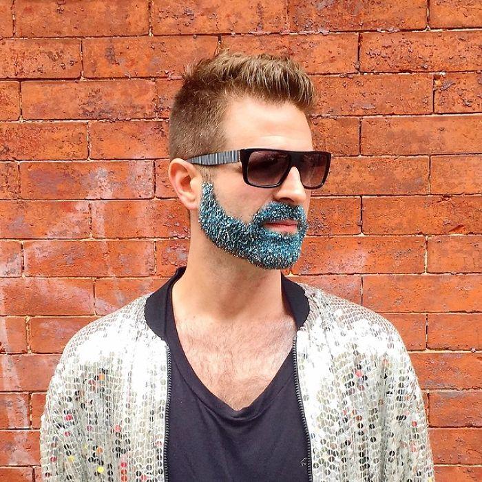 Cubrirse la Barba con Purpurina: La nueva Tendencia para Hombres durante estas Vacaciones!