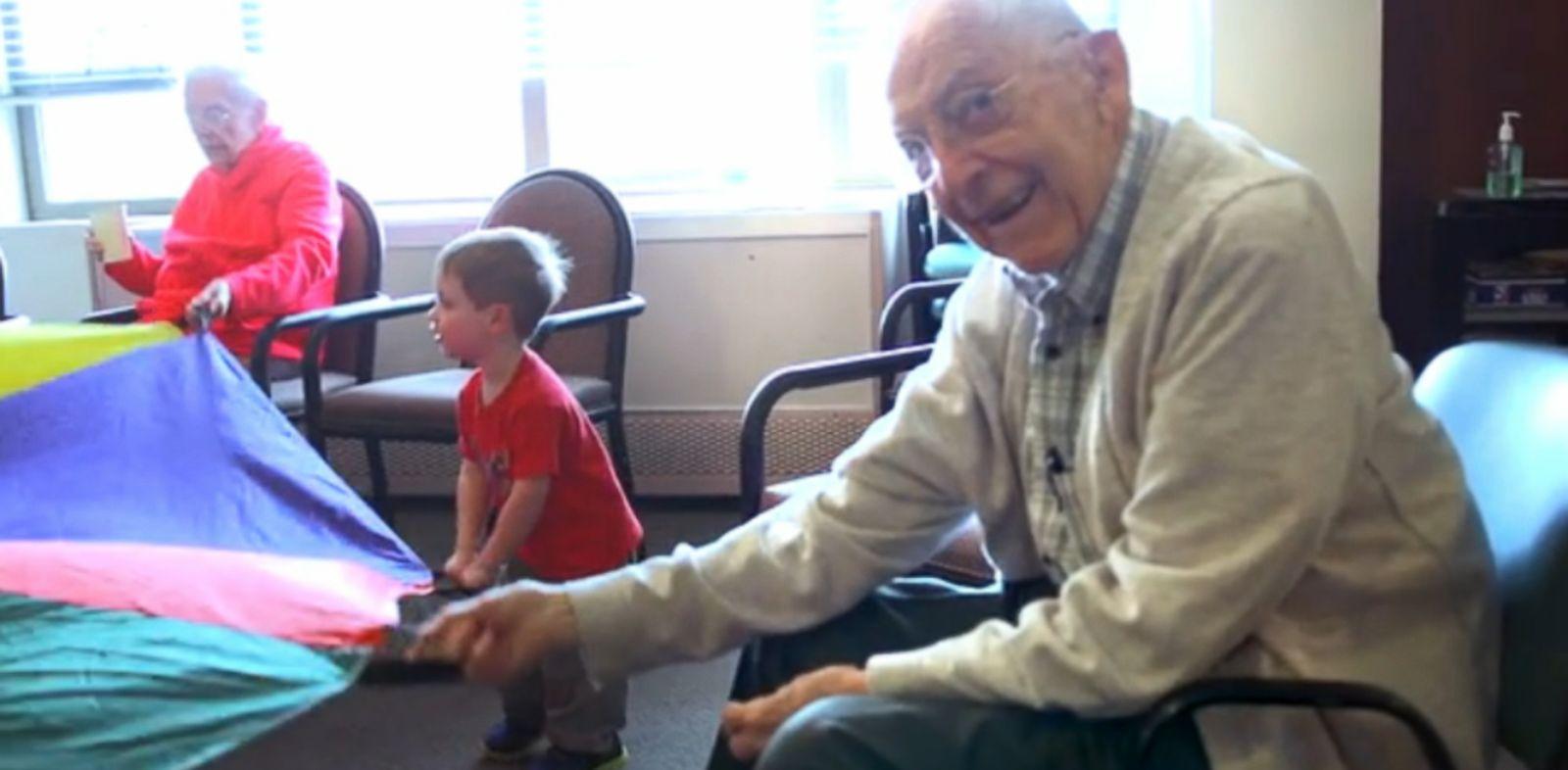 Crearon una Guardería dentro de una residencia de Ancianos y les cambió la vida para Siempre