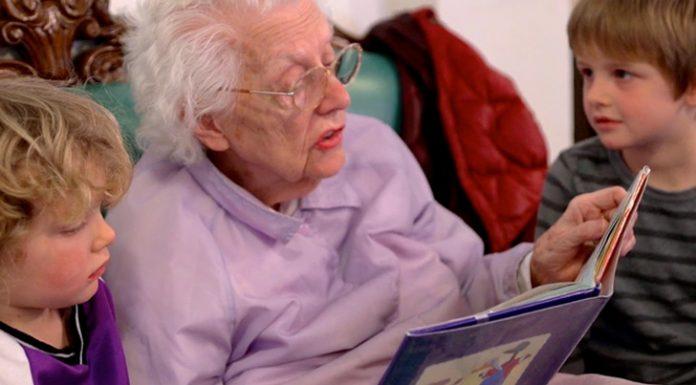 Introdujeron una guarderia en una residencia de ancianos y les cambio la vida para siempre 02