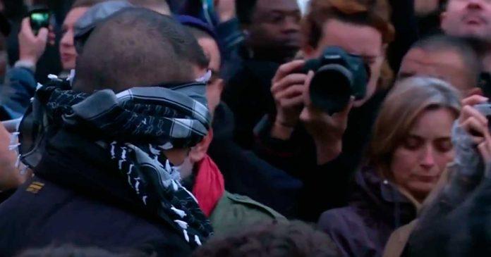 Lo que le hicieron los Parisinos a un musulman en una plaza te dejara sin palabras