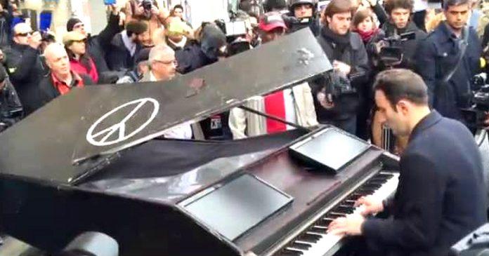 Se acerco con su piano y dio un emotivo concierto que robo el corazon de los parisinos banner