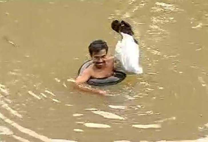 este profesor cruza a nado un rio todo los dias para dar clase 01