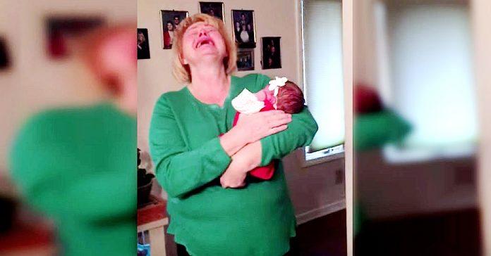 Exploto de emocion cuando descubrio bebe 01
