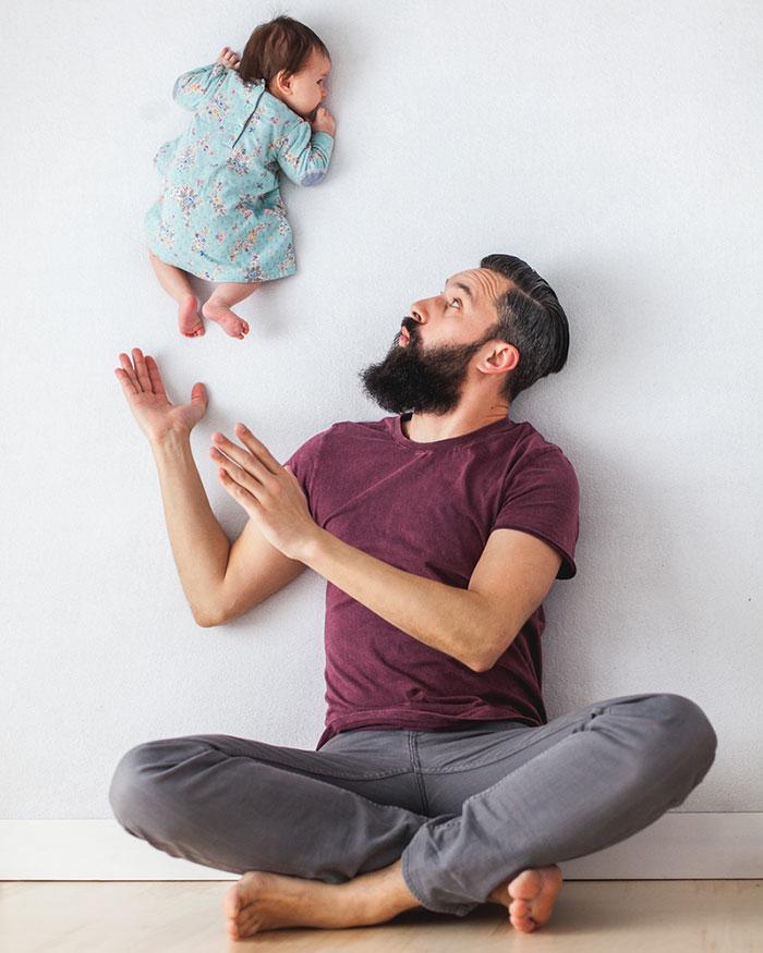 Padre e hija recien nacida se divierten jugando 01