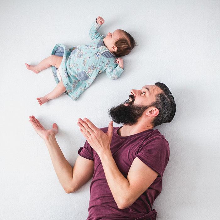 Padre e hija recien nacida se divierten jugando 04