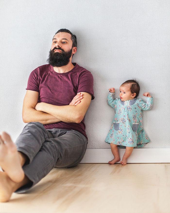 Padre e hija recien nacida se divierten jugando 07