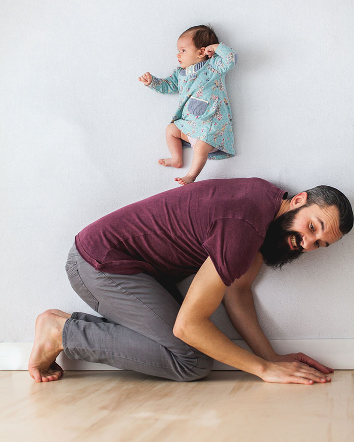 Padre e hija recien nacida se divierten jugando 09