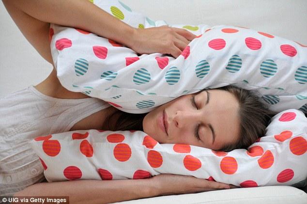 Andrew Weil publica los 3 pasos para quedarse dormido en 60 segundos
