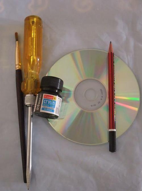 Ella pinta sus viejos CDs con pintura Negra Minutos despues el resultado es impresionante 01