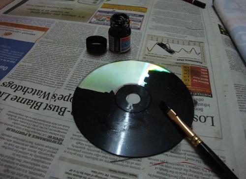 Ella pinta sus viejos CDs con pintura Negra Minutos despues el resultado es impresionante 02