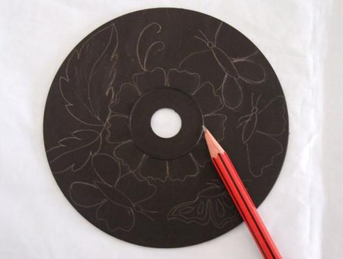 Ella pinta sus viejos CDs con pintura Negra Minutos despues el resultado es impresionante 03