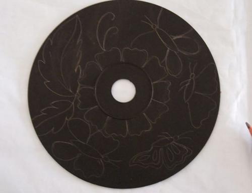 Ella pinta sus viejos CDs con pintura Negra Minutos despues el resultado es impresionante 04