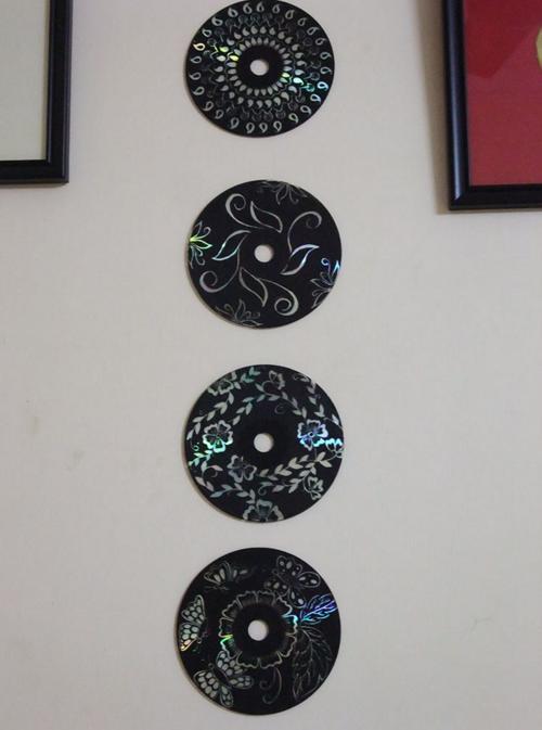 Ella pinta sus viejos CDs con pintura Negra Minutos despues el resultado es impresionante 07