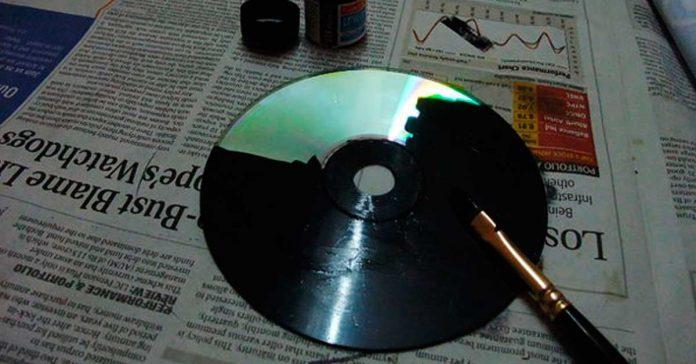 Ella pinta sus viejos CDs con pintura Negra Minutos despues el resultado es impresionante banner