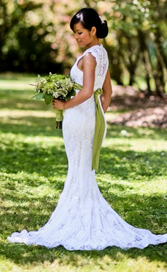 Esta novia estaba posando para las fotos de la boda pero fijate bien en su vestido 04
