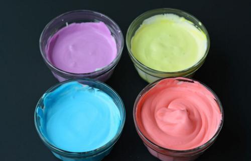 Da un giro a tu creatividad con un poco de colorante y espuma de afeitar