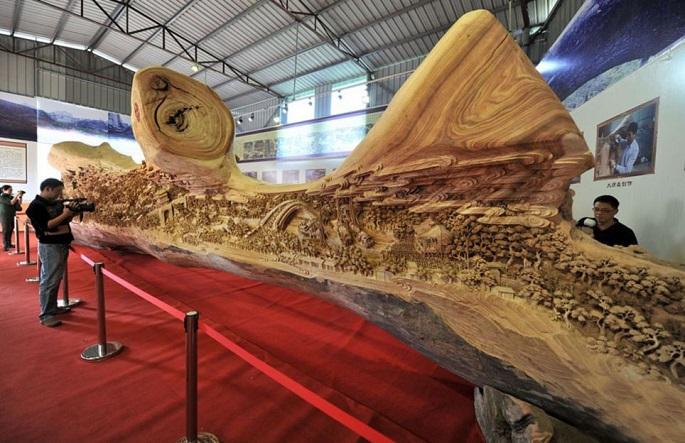 Un viejo y gigantesco tronco se viraliza al dar un gran giro tras acercarse las cámaras