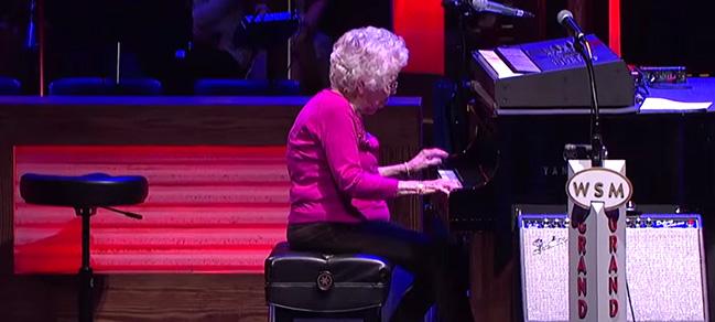 Esta Mujer de 98 años Interrumpió la actuación de un cantante, Pero nadie esperaba ESTO