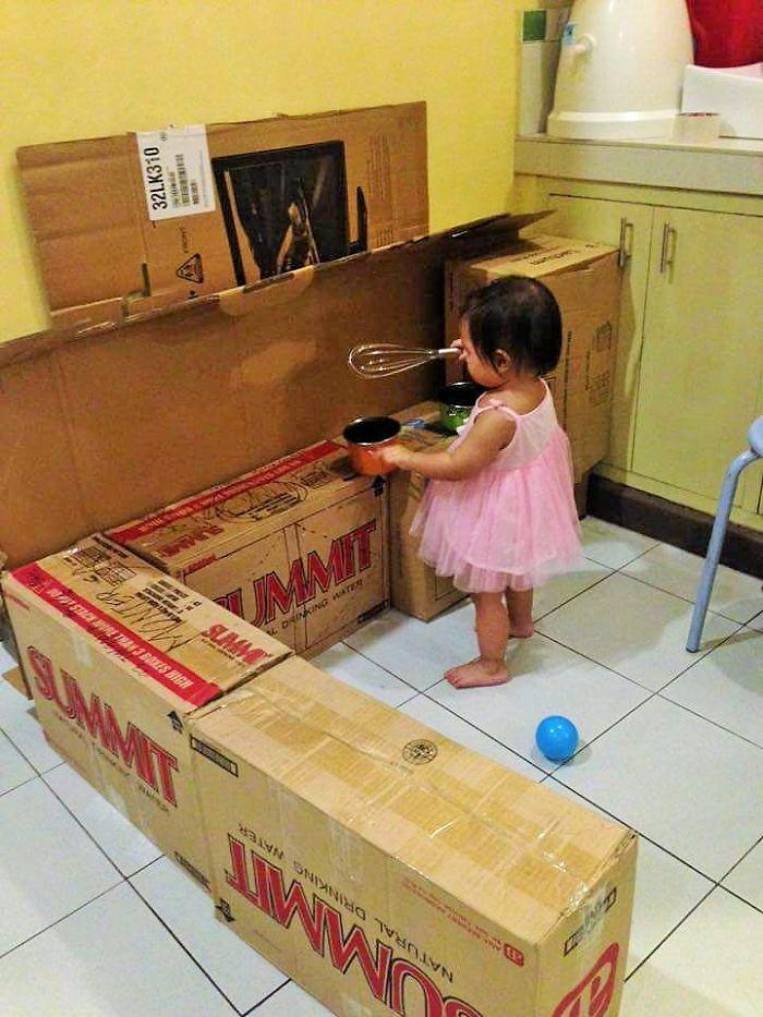 Esta Madre reunió unas cuantas Cajas de Cartón y construyó algo Fascinante para sus Hijos