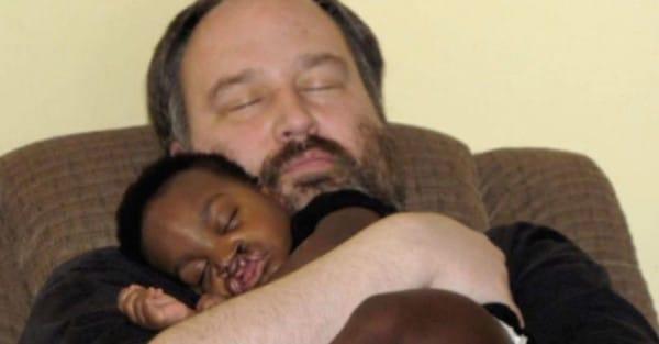 Una pareja adopta a un bebé abandonado después de perder a sus dos hijos...