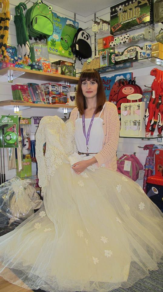 Dona de forma anónima su vestido de novia para cumplir el deseo de una persona necesitada