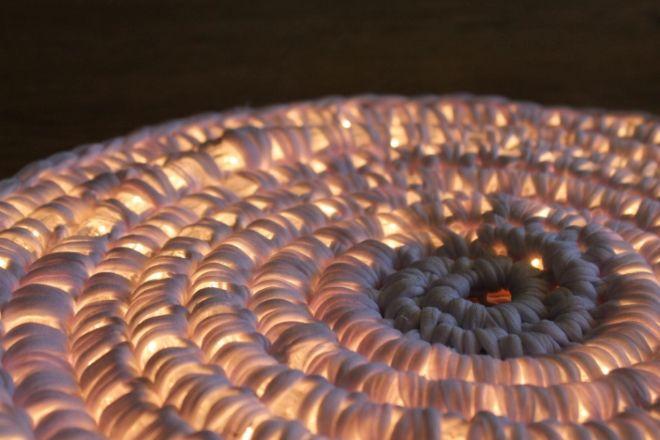 Empezo a tejer sobre un hilo de LEDS Parece extrano pero despues 04