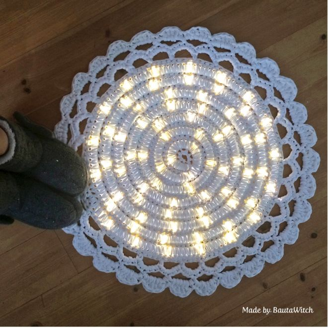 Empezo a tejer sobre un hilo de LEDS Parece extrano pero despues 05