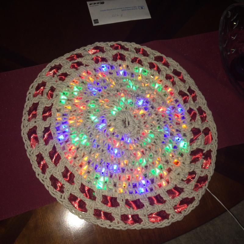 Empezo a tejer sobre un hilo de LEDS Parece extrano pero despues 06