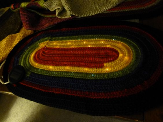 Empezo a tejer sobre un hilo de LEDS Parece extrano pero despues 08