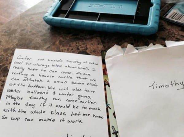 Una madre rompe a llorar después de que su hijo recibiese una invitación de cumpleaños