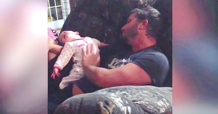 Este Padre tomó a su Bebé en brazos, pero la Madre nunca esperó grabar esto con la cámara...