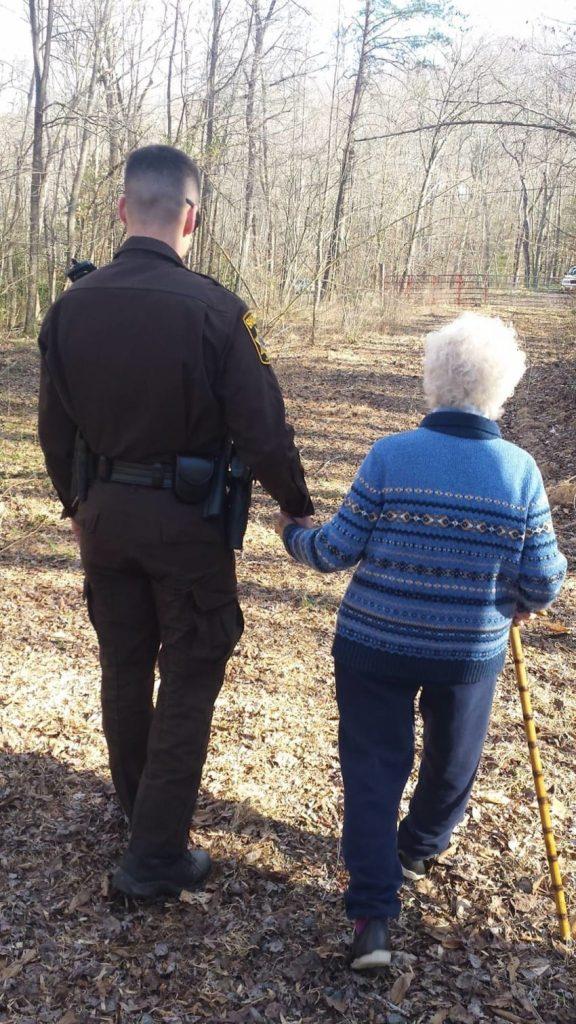 Una Mujer de 81 Años se perdió en el Bosque. 40 Minutos más tarde, la ven sosteniendo su mano...