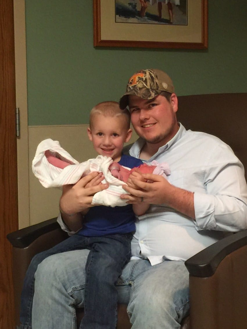 Un bebé muere y vuelve a la vida y su padre comparte lo sucedido en imágenes