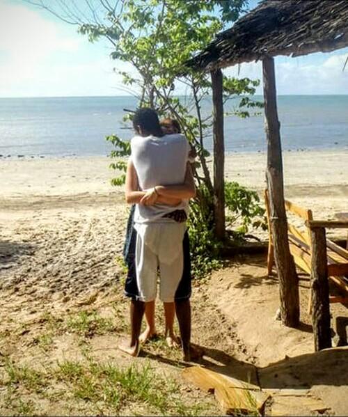Un chico se viraliza al subir una imagen de una pareja abrazándose