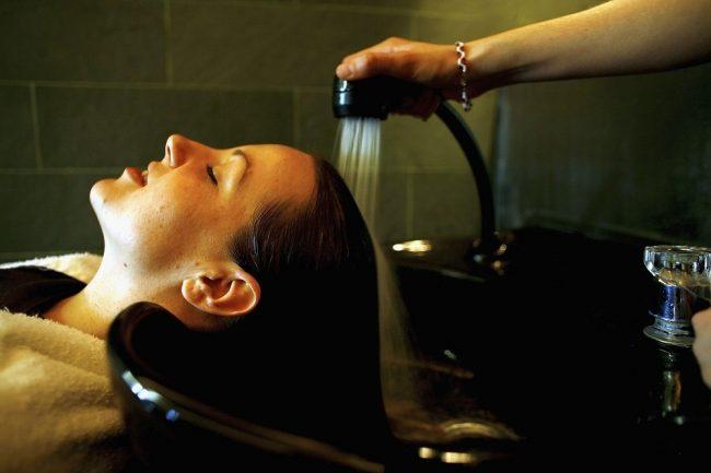 Una mujer acaba luchando por su vida después de querer cambiarse de look en una peluquería