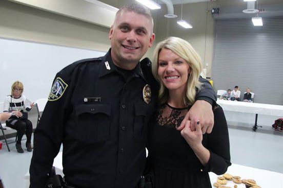 Este policía encontró a un niño abandonado. Lo que hizo, dejó a todas las enfermeras sin palabras...
