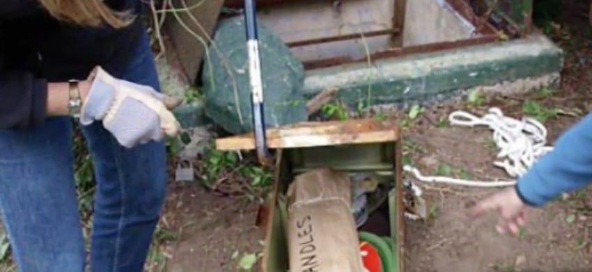 Nunca le prestó atención a la vieja trampilla metálica que tenía en su jardín. Hasta que finalmente la abrió...