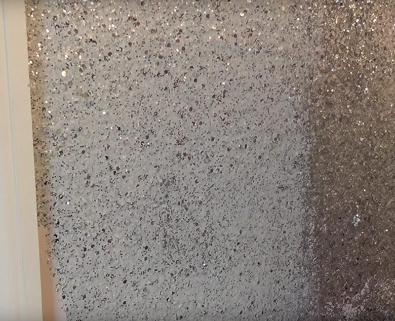 Pegó purpurina alrededor del marco de la puerta... ¿El resultado final? Increíble