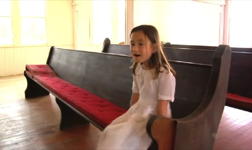 """Una adorable niña pequeña canta una adorable versión de """"Amazing Grace"""""""