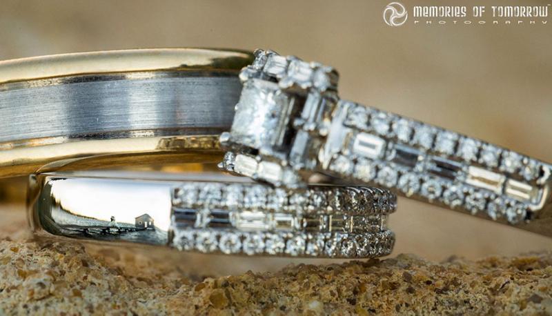 Saco una fotografia de los anillos de boda de una pareja 02