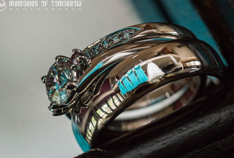 Saco una fotografia de los anillos de boda de una pareja 04