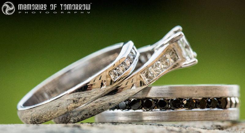 Saco una fotografia de los anillos de boda de una pareja 05